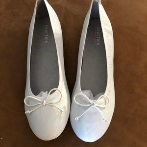 Reaction by Kenneth Cole White Flats sz 6